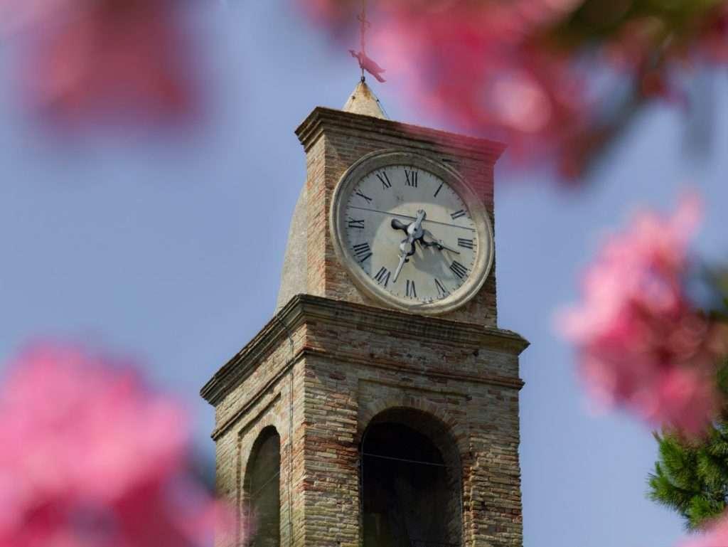 Cosa fotografare durante un escursione fotografica al San Bartolo. La torre dell'orologio di Fiorenzuola di Focara.